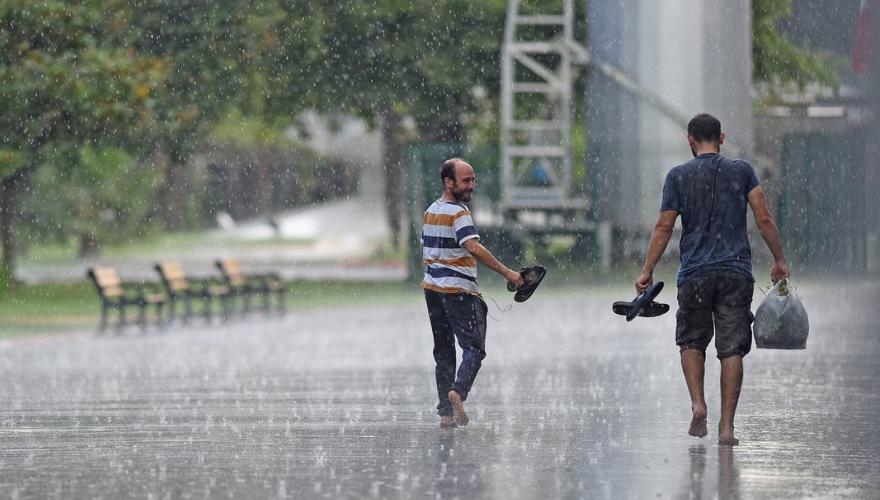 Sağanak yağış başladı, Pazar ÇİM yarışları riske girdi!